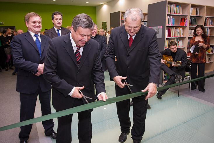 minister-skolstva-slavmostne-prestrihol-pasku-pri-otvarani