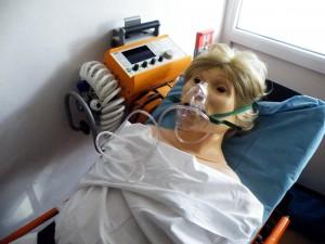 dychaci-pristroj-nahradne-nim-podavame-kyslik-a-zabezpecujeme-umelu-plucnu-ventilaciu