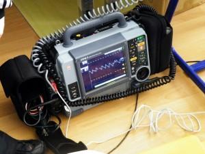 odstranenie-chvenia-fibrilacie-srdcovych-komor-monitorovanie-zivotnych-funkcii-zaznam-ekg-na-to-vsetko-sluzi-defibrilator