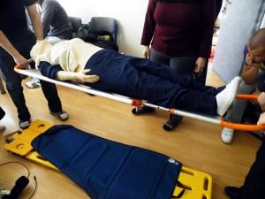 podsuna-sa-pod-pacienta-a-ten-je-pripraveny-na-prevoz-alebo-ulozenie-do-vakuoveho-matraca