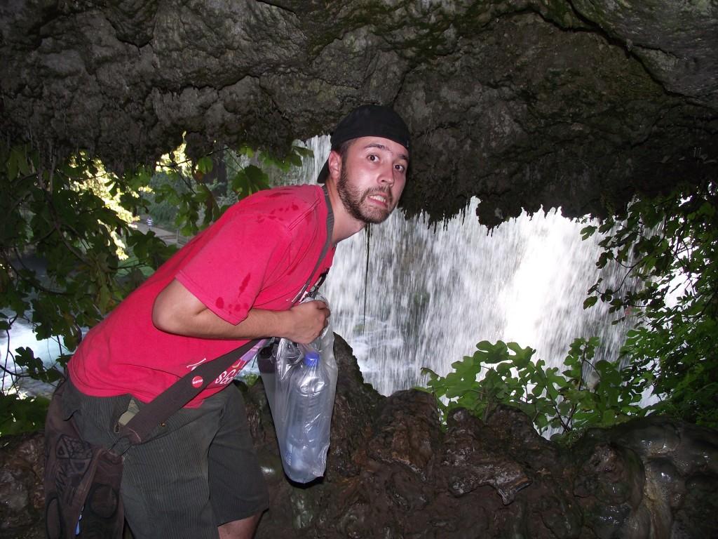 a-priamo-pod-vodopadom1