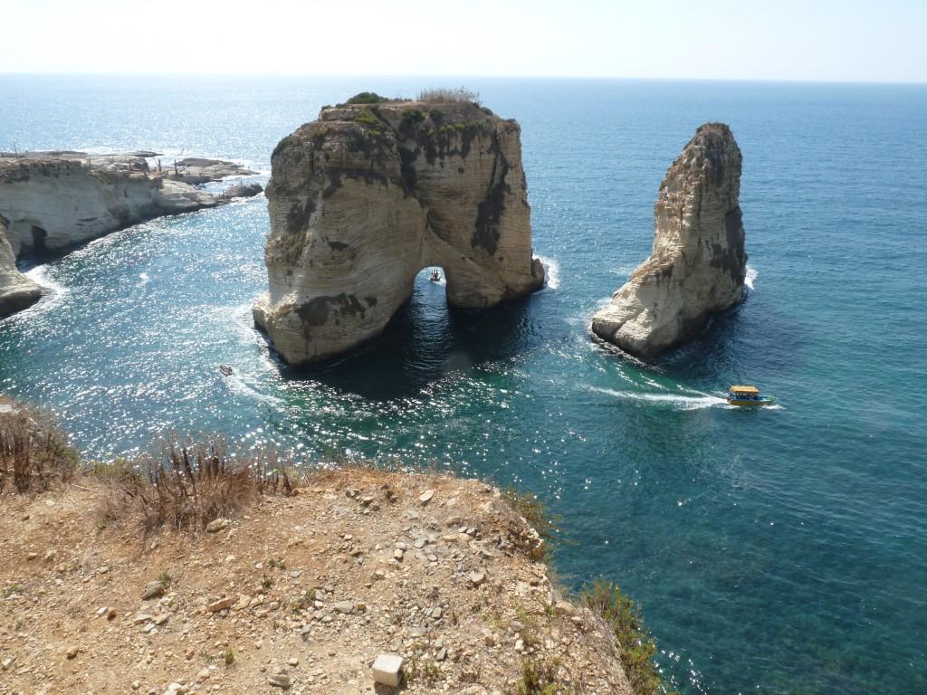 pigeon-rock-su-najvacsou-turistickou-atrakciou-bejrutu-za-par-dolarov-sa-okolo-nich-mozete-previest-lodkou