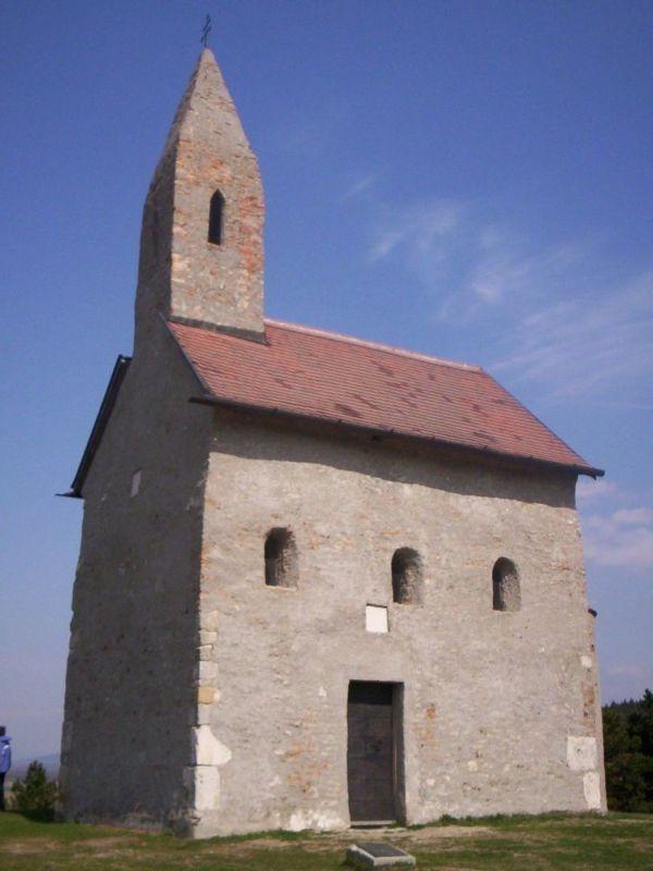 Kostol sv. Michala Archanjela týčiaci sa nad obcou Dražovce.