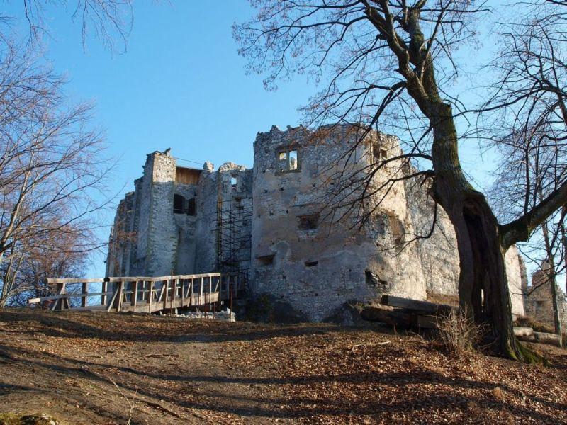 V Uhrovci si môžete pozrieť rodný dom Ľ. Štúra, hrad i jaskyňu.