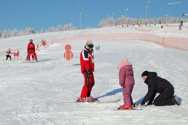 Málokto si vie domyslieť, čo robia inštruktori lyžovania v lete.
