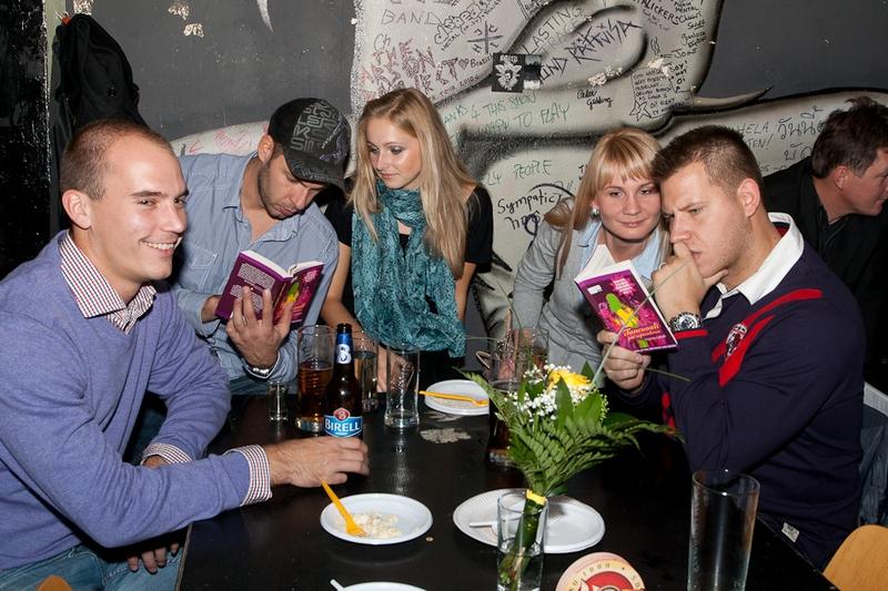 Mnohých hostí zaujala kniha priamo počas ceremoniálu