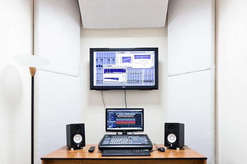 Zvukové laboratórium je vybavené kvalitnou technikou.