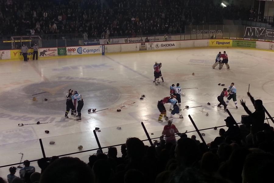 Hokej UKF vs. SPU 2012, bitka