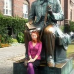 Veronika pred sochou Hansa Christiana Andersena