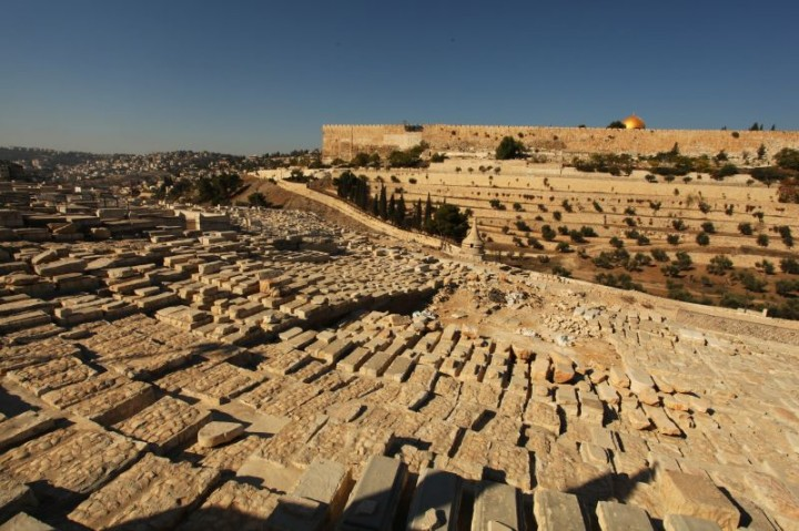Cintorín na Olivovej hore má viac ako 150 000 hrobov. Podľa židovskej tradície začne zmŕtvychvstanie počas mesiášovho príchodu práve tu