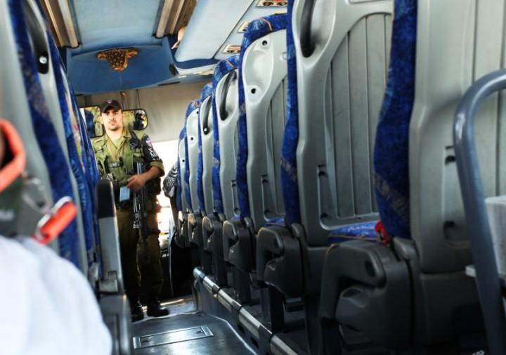 Prechod do Palestíny. Obyvatelia Izraelu majú prísny zákaz vstupu na územie Palestíny a Palestínčania môžu navštíviť Izrael len po päťdesiatke a počas Ramadánu