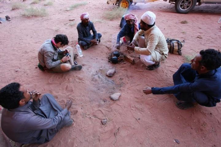 Poobedňajšie posedenie jordánskych podnikateľov pri čaji v púšti s beduínskym sprievodcom