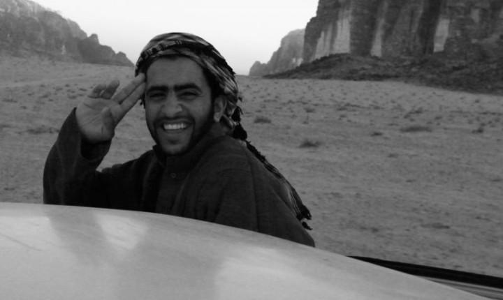 Beduínsky sprievodca počas jazdy púšťou