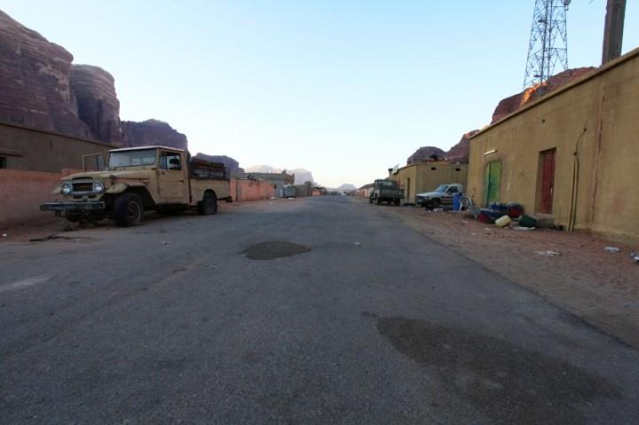 Dedina na okraji púšte. Väčšina obyvateľov sa živí sprevádzaním zahraničných turistov