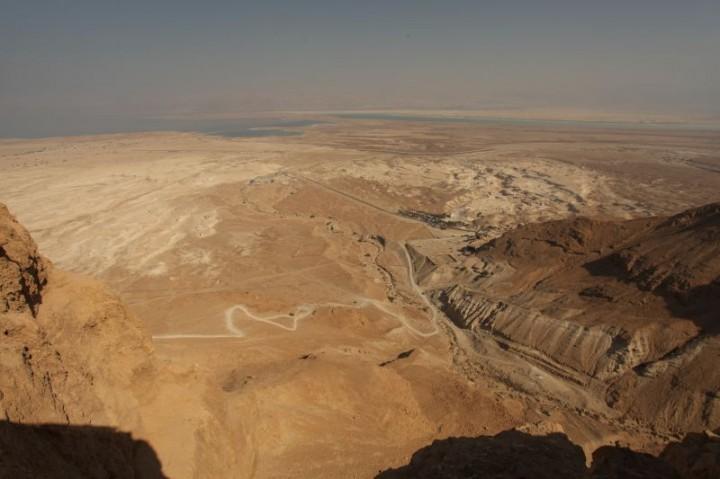 Pohľad z vrchu Massada na vyprahnutú púšť. V pozadí Mŕtve more