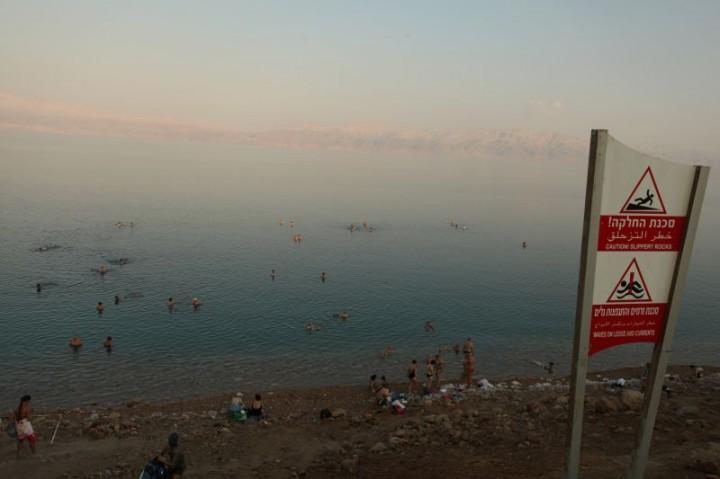 Mŕtve more. Najnižší suchý bod na planéte.  Je hlboké takmer 400 metrov a obsahuje 34% soli