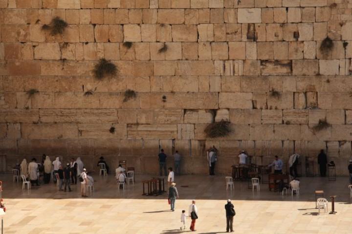 Múr nárekov. Podľa legendy je to pozostatok z prvého židovského chrámu, ktorý bol zničený Rimanmi a zachovala sa z neho len jedna stena. Po vyhnaní Židov z Jeruzalema sa sem mohli vrátiť len raz do roka, aby oplakávali stratu Chrámu a Jeruzalema