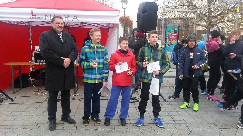 Prorektor UKF Miroslav Tvrdoň s ocenenými súťažiacimi