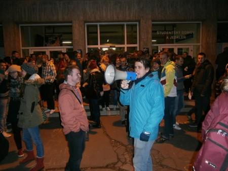 Začiatok pochodu študentov UKF pred ŠD Zobor