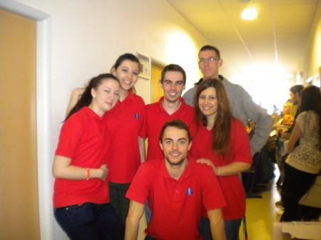 """""""Červená skupinka"""" študentov s radosťou vítala každého, kto sa rozhodol priložiť ruku k dielu"""