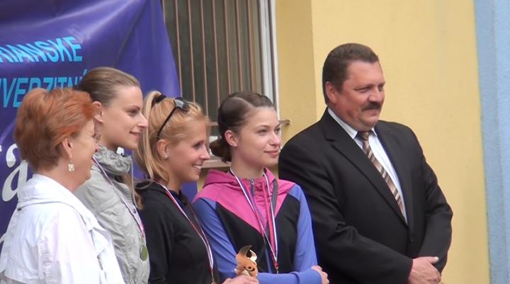 Zľava - dekanka Pedagogickej fakulty UKF Eva Szódárová, druhá Monika Hranková (UKF),  prvá Viktória Kotoučková (UKF), tretia Mojmíra Némethová (UKF), prorektor UKF Miroslav Tvrdoň