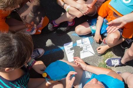 Deti mohli poklad získať len ak poskladajú celú šifru. Nevedeli však, že každý oddiel dostal inú časť a že sa musia spojiť.