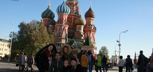 Studenti UKF pred Chramom Vasilija Blazeneho, najznamejsim symbolom Ruska