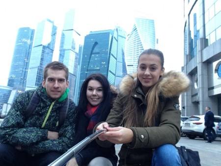 Študenti prekladateľstva ruského jazyka pred Moskovským medzinárodným biznis centrom Moskva city