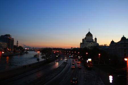 Výhľad na večernú Moskvu - v zábere Chrám Krista Spasiteľa a naľavo socha Petra I.