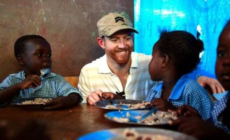 Dave-Farrell-School-visit-with-WFP-Haiti-2011_ Dave Farrell z Linkin Park na návšteve v škole v Haiti_ musicforrelieforg