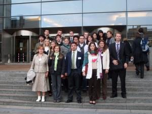 spolocne_pred_budovou_europskeho_parlamentu