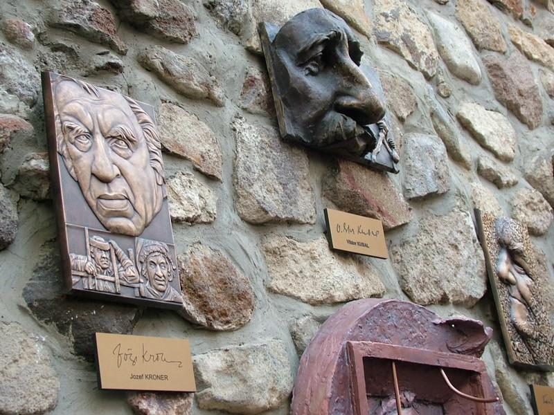 Slávne nosy v kremnickej uličke