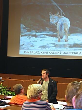 Erik Balaz a v pozadi zaber z filmu Vlcie hory