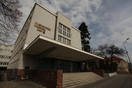 Dnes sa po chodbách Filozofickej fakulty UKF prechádzajú študenti, kedysi lekári