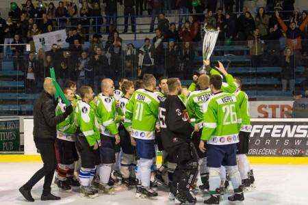 Hokejisti SPU sa radujú zo zisku putovného pohára