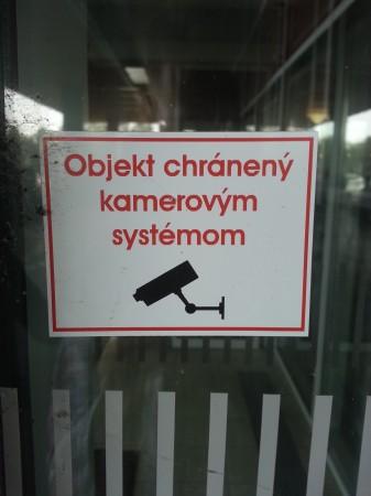 Nálepka upozorňujúca na výskyt kamier v budove ŠD Nitra_autor Viktor Háber