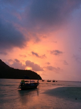 Západ slnka na ostrove Phi Phi.