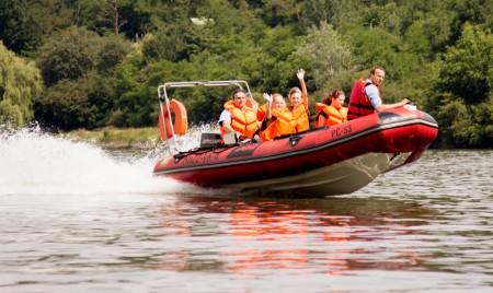 1.Zvolenskí hasiči potešili deti vo forme divokej jazdy na vodnej priehrade Môťová. Vysoká rýchlosť a skoky na vlnách viedli k úsmevom na šťastných tvárach detí.