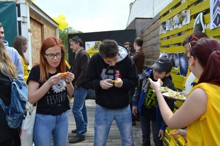 4 V súťaži v jedení citrónov sa strúhala grimasa za grimasou