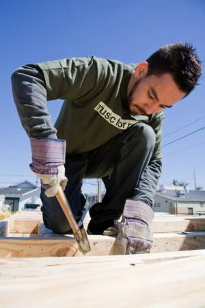 Mike-Shinoda-Habitat-Build-New-Orleans-2007_ Mike Shinoda z Linkin Park pomáha pri prestavbe domov_ musicforrelieforg