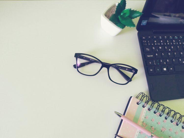 okuliare, notebook, práca